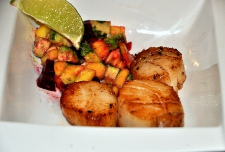 scallops with salsa and lime wedge